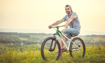 Kaski rowerowe – na co zwracać uwagę wybierając kask